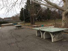 このモニュメントがある公園、このような卓球台もありました。でも落書きだらけ。たまに使っている市民はいるようです。