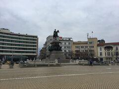 解放記念像のある広場まできました。いかにもヨーロッパらしい騎馬像。地味な観光スポットですが、大体のツアーはここを訪れるみたいですね。この時も、ツアー客がガイドの説明を神妙に聞いているのを見かけました。