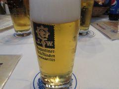 ミュンヘンに戻ったら、3人でアウグスティナーで乾杯! 出会ったばかりとは思えない旅好き女子達と楽しく飲みました。 凄く陽気なイタリア人の店員さんが私たちのテーブルに来て色々話しかけてくれたので、ドイツで一番楽しい夜になりました!