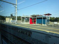 桃内駅通過。 この今風の駅舎というか待合室は記憶にある。