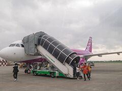 4時間で台湾到着です。 沖止め。タラップで降りて、大型バスで空港ビルまで移動します。