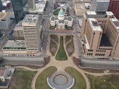 まずはゲートウェイ アーチの特別のコート型エレベータでアーチの頂上へ。セントルイス市内が一望できる。