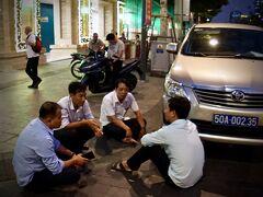 【夜のグエンフェ通りを徘徊】  その傍には、運転手たちでしょうか、楽しそうに井戸端会議~