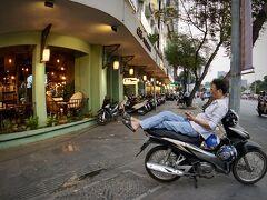【黄昏時のホーチミンの街を歩く】  こういうバイクの座り方...結構見ました。この街で。