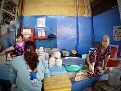 【小さなマーケットで...プリンを喰らう...】  このおばあちゃんがだらし無く机の上に座るお店に...
