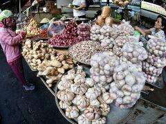 【小さなマーケットで...プリンを喰らう...】  なぜ、こんな小さい市場に釣れられて来たのかもさっぱりわからず...