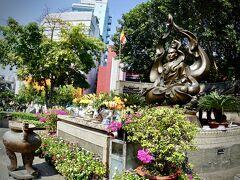 【=ティック クアン ドック師廟/Thick Quang Duc Monument=】  「....1963年6月11日、当時の南ベトナム政権が行っていた仏教徒に対する政策に抗議する(反米運動)ため、サイゴンのカンボジア大使館前で自らガソリンをかぶって焼身自殺した僧侶がいた...」そうです。