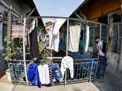 【ベトナム最大の中華街:チョロン Cho Lon】  次に、ホンダ娘らが、ホーチミン市西部にあるベトナム最大の中華街「チョロン」に連れて行ってくれました。  ここは50万人以上といわれるホーチミン在住の華人の大半が住んでいると言われる場所です。   写真:中国人の住処に案内されました。