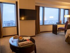 ホテルにチェックイン。 ソファーセットもある広めのお部屋。