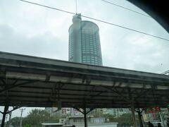 高鐵台南駅からローカル線で移動して、台南駅到着! 宿泊先のシャングリラホテルがホームから見えます。