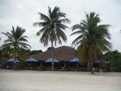 ビーチを歩くと、いい感じのホテルが。 ボホールビーチクラブリゾートらしいです。大きいホテル。