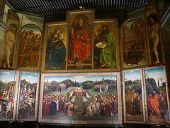 ベルギーの国宝「神秘の子羊」です。1432年にファン・エイク兄弟が描いた中世フランドル絵画の最高傑作です。ただし下側半分は修復中でした。