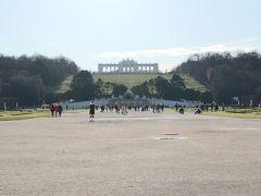 ~「シェーンブルン宮殿をいかにラクして観光するか」問題~  この日はシェーンブルン宮殿散策予定だったが、 見学前に気がかりな噂を耳にする。  「宮殿と庭園が広大過ぎて1日では回り切れない」 「庭園が立派だが坂が大変」  それは自分にとって、 「シェーンブルン宮殿を諦めるか否か」レベルの 大問題だった。  そんな中、 宮殿へラクして行く方法と ラクして宮殿を散策する方法があることを発見。  こんなチャンスをみすみす逃すはずがない!