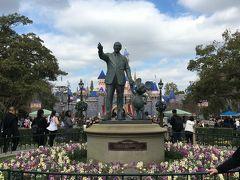 こちらが有名なミッキーマウスとウォルトディズニー像。周辺は小さな休憩スペースになっててキャラクターの像が周囲を取り囲んでます。