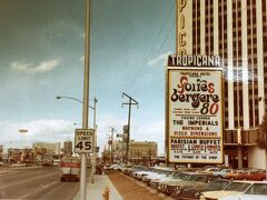 1979年1月のラスベガス本通り(Las Vegas Blvd)です。41年前!です。1980年代の末頃から巨大テーマホテルブームが起こったので、この頃はまだ大通りにホテルはパラパラとしかありません。宿泊したのはこの写真のトロピカーナホテルでした。今はこの通りにやまほど豪華ホテルが乱立していますね。
