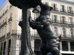 プエルタ・デル・ソルを通ると、マドリッドの紋章になっている熊と山桃の像があった。