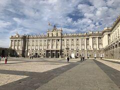 ハプスブルク王家の宮殿が1764年に焼失し、フェリペ5世はその跡地にフランス・イタリア風の王宮の建設を命じた。150m四方の建物の中に2700もの部屋があり、公式行事に使われている。アルメリア広場を通ってチケットオフィスへ行ったが、並ぶことなくすぐに入れた。料金は12ユーロだった。