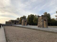 王宮から歩いてプリンシベ・ピオに行き、モンタナ公園を散策。まず、目につくのは紀元前4世紀のデボット神殿が建っており、エジプト政府から贈られたもの。