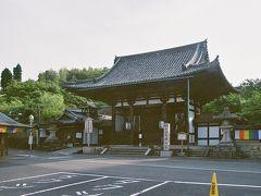 閉門中の石山寺東大門。