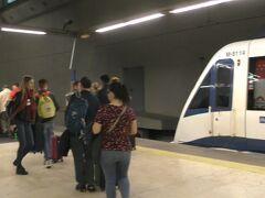 アエロ・プエルタT4駅で下車して、バラハス空港へ。