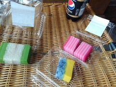 ホテルにチェックインしようとしましたが、 停電でフロントのパソコンが起動せず、 ロービーでしばらく待たされました。 コンビニで買ったコーラとKLセントラル駅で買ったマレーシアのお菓子を食べながら待ちます。