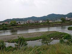 国道とは反対方向に歩き、鏡川に出てみます。