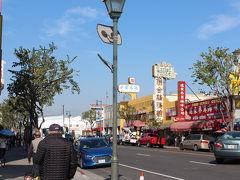 右側通行、漢字、見慣れた「平たい顔族」、、、ここは中国と言われても違和感無し。  食堂の中も本場のそれでした。