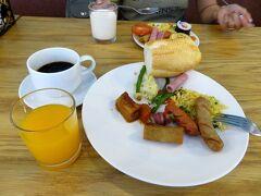 おはようございます。 ホテルで朝食です。  (8:46)