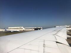 新千歳を7時45分の便で出発、強風のため?着陸ができず予定より遅れて成田に到着 乗り継ぎのKLMの便が11時25分のため、ちょっとぎりぎりのチェックインとなりました。 ANAの飛行機を窓から眺めながら離陸しました。