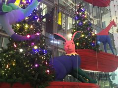 <エムクオーティエ>  今日はショッピング中心♪  まずはプロンポン駅にあるエムクオーティエへ。 大きな吹き抜けに動物達がたくさん!