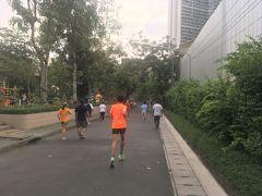 <クイーンズパーク(ベンチャシリパーク)>17:30  ホテルに戻る途中、走っている人、多------い♪