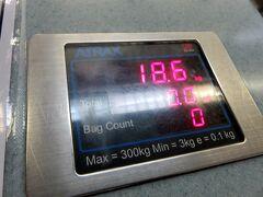 18.6kg。 あまり土産とか買ってませんから重くない。  (22:25)