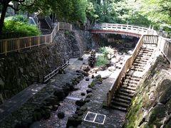 北口改札を出て左に進み、線路の下をくぐりました。 桜の木の遊歩道。川を見下ろすと