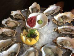 何件かレストランに張ってあるメニューを見て回ったのち、入ったレストランは当たりだった!! まずは大好きなスコットランド産の、牡蠣。幸せ。