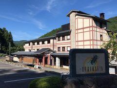 ●一の俣温泉観光ホテル  山口市内での観光を終え、ここから一気に中国自動車道→国道435号線と走り抜け、およそ1時間ほどで、下関市の北東部に位置し、関門の奥座敷と呼ばれる「一の俣温泉」に到着しました。 本日の宿は、蛍の看板が目を引く「一の俣温泉観光ホテル」です。