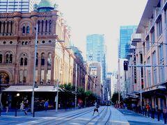 シドニーでの約10週間のロックダウン中の街の雰囲気を振り返ってみます。最初にロックダウン開始4日前の3/19の様子、今後長い間行けなくなることを覚悟して、最後に用事を済ませるため恐がりながら行きます。シティ中心部のタウンホール周辺には普段の半分ほどですが人の姿は見られます。