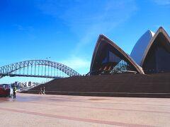 しかしオペラハウス前は無人です。3/15から豪州に入国する外国人は14日間の自己隔離が課される事になり、ここから観光客が一気に減ります。オーストラリアの象徴であるオペラハウスが無人なのは100年に一度の出来事を現しています。