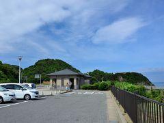 ●角島大橋/海士ヶ瀬公園  旅の2日目の朝、一ノ俣温泉のホテルを早々にチェックアウト。 さっそく、県北西部・日本海上に位置する「角島」へ車を走らせます。  そう、本州と角島との間に架かる「角島大橋」は、今や山口県でも屈指の観光名所となり、ネットで検索すると特に休日はかなりの渋滞が発生するようなので、旅の全体行程を組む際、極力午前中の早い時間帯に着くようにしてみました。  橋の本州側のたもとに「海士ヶ瀬公園」に、50台くらい置ける無料駐車場が整備されており、ここへ車を止めました。 ちなみに、到着したのは9時ちょっと前くらいだったんですが、駐車場はすでに半分以上埋まっており、早めに行動しといて良かったなぁと。。。