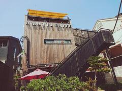 お腹いっぱいになったので、鎌倉駅までお散歩して帰ることにしました。 丘の下のアマルフィドルチェです。 アマルフィグループのケーキ屋。 上のフロアは眺めのよさそうな喫茶店。 パウンドケーキが1400円くらい。