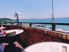 南側は三浦半島。 予約をしないと、眺めのいい席は座れない可能性が高いので、ランチでも予約した方がいいです。