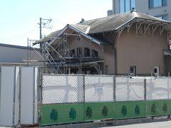 商店街を通って南海本線諏訪ノ森駅に来ました。 ステンドグラスのある古い駅舎(大正八年)は高架工事のため避難中。