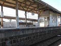 南海本線浜寺公園駅。 高架工事が始まりますので、このレトロなホームも見納めでしょう。 木造ですよ~。