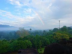 5月3日(金) 6時40分、ボロブドゥール遺跡の最上階で夜明けを迎え、日がだいぶ上がってきました。  最上階付近をぐるぐる回っている最中、雨がパラパラと降り、南の空には虹が。
