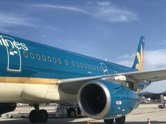 【ベトナム航空】 福岡空港 沖止めで、タラップで搭乗です  福岡~ハノイ路線は、2009年の初就航以来の利用  https://4travel.jp/travelogue/10416297