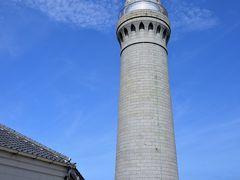 ●角島灯台  ここまでずっと眺めるだけだった「角島大橋」を通って「角島」へ入り、そのまま島の北西端に建つ「角島灯台」までやってきました。  総御影石造りの見るからに重厚な灯台は、明治時代初期の1876年に初点灯されたという歴史があり、「日本の灯台50選」に選定されています。 また、こちらは全国に16ある灯台に入ることができる「参観灯台」の1つですので、内部を見学していくことにしましょう。  ◇角島灯台◇  開館時間:9時~17時 (10月~2月は16時30分まで)  参観寄付金:大人300円