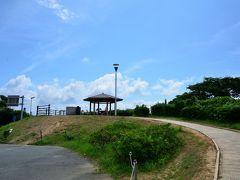 ●瀬崎陽の公園  あとは再度「角島大橋」を渡って本州側へと戻るだけですが、その帰り道に、島側の橋のたもとに「瀬崎陽の公園」が整備されているので、ちょっと寄ってみました。 ちなみに、駐車場はこっちの方がぜんぜん空きがあるようでしたね。