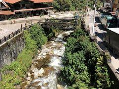 この橋の下を流れる川は、ウルバンバ川の支流のアグアス・カリエンテス川 駅の方向です。