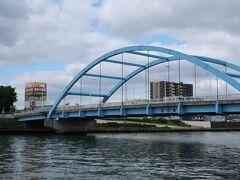 【隅田川と尾竹橋】 足立区と荒川区結ぶ橋/尾竹橋です。 橋渡ると右手に、ドンキ店。