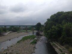 今度は家から南に行き、加治中学校と飯能南高校がある入間川の新しい橋を渡る。 橋の上から上流を見るとJR八高線の鉄橋が見えます。