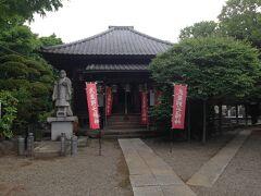 川風サイクリング道を行き過ぎてしまった。 戻って諏訪八幡神社の入口を過ぎてやっと観音寺に着きました。 短い石段だったので自転車を境内に上げてお参りしました。 武蔵野七福神が祀られています。 観音寺は真言宗で武蔵野33霊場の10番札所です。